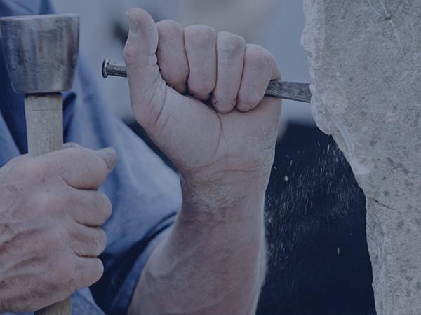 Outils de tailleur de pierre Outibat : marteau de boucharde, plaquette, piochon, poinçon, chemin de fer, lame de chemin de fer, ...